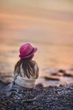 flicka little hav Arkivfoto