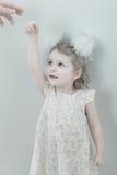 flicka little le barn för bild Royaltyfri Fotografi