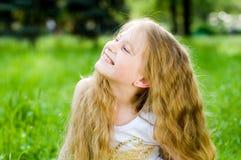 flicka little le för yttersida Arkivbilder
