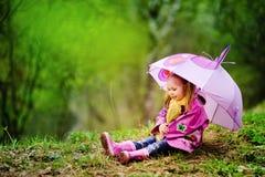 flicka little le paraply för park Fotografering för Bildbyråer