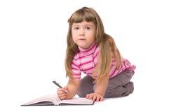 flicka little le writing Royaltyfria Foton