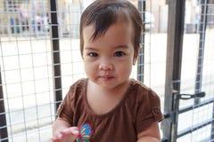 flicka little leende Arkivfoto