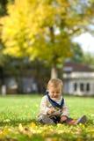 flicka little leka för park arkivbilder