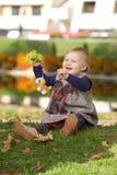 flicka little leka för park arkivfoto