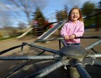 flicka little leka för park royaltyfri fotografi