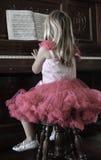 flicka little leka för piano Arkivbild