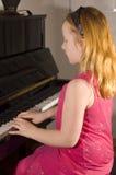 flicka little leka för piano Fotografering för Bildbyråer