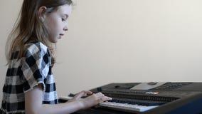 flicka little leka för piano stock video