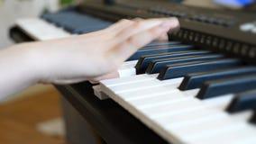 flicka little leka för piano lager videofilmer