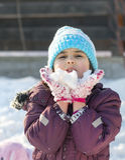 flicka little leka snow Arkivbilder