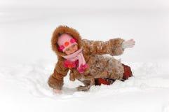 flicka little leka snow till arkivfoto
