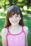 flicka little leka stående för park Royaltyfri Foto