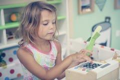 flicka little lekplats Arkivfoto