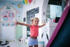 flicka little lekplats Arkivbilder