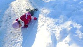 flicka little liggande snow Bekymmerslöst barn som spelar i snö arkivfilmer