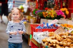 flicka little marknad Royaltyfri Bild