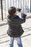 flicka little mobil telefon Royaltyfria Bilder