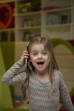 flicka little mobil telefon Arkivbilder