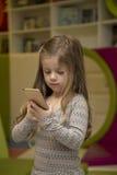 flicka little mobil telefon Royaltyfri Foto