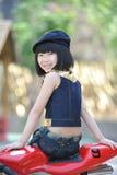 flicka little motorcykelsitting Royaltyfria Foton