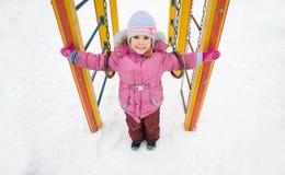 flicka little nätt vinter för lekplats arkivbild