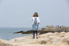 flicka little near hav arkivbilder