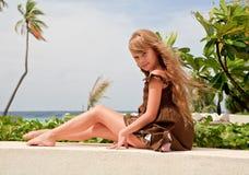 flicka little near havsitting Royaltyfri Foto