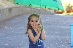 flicka little paraply Arkivbilder