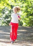 flicka little parkrunning Arkivbilder