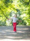 flicka little parkrunning Fotografering för Bildbyråer