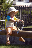 flicka little parkswing Royaltyfria Bilder