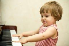 flicka little pianospelrum Fotografering för Bildbyråer