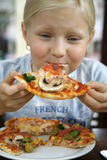 flicka little pizza Arkivbilder