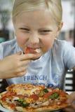 flicka little pizza Fotografering för Bildbyråer