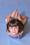 flicka little posera studio arkivfoto