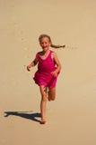 flicka little running sand arkivfoton