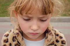 flicka little SAD stående Fotografering för Bildbyråer