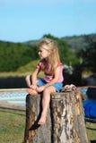 flicka little SAD vänta Royaltyfria Foton