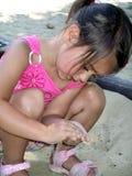 flicka little sandlåda Fotografering för Bildbyråer
