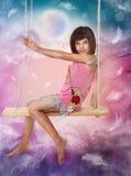flicka little sittande swing arkivfoton
