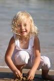 flicka little sjösida Arkivfoto