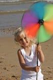 flicka little sjösida Arkivbild