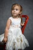 flicka little som är allvarlig Arkivfoto