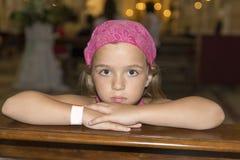 flicka little som är allvarlig Arkivbild