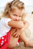 flicka little som är blyg Arkivfoton
