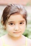 flicka little som är fridfull Arkivfoto
