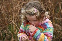 flicka little som är fundersam Arkivbild