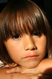 flicka little som är SAD arkivbild