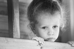 flicka little som är SAD Svartvit serie Royaltyfri Foto