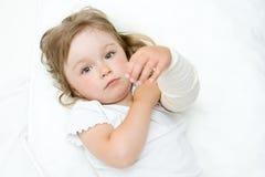 flicka little som är sjuk Arkivfoton